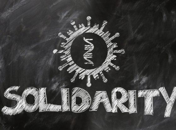 Kreidezeichnung Covid Cirus und Wort Solidarity (Urheber unbekannt)