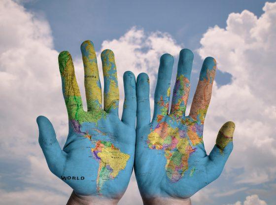 Zwei Hände mit Weltkarte (pixabay)