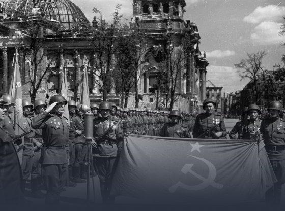 Rote Armee mit Hammer und Sichel Fahne vor zerbombten Berliner Reichstag